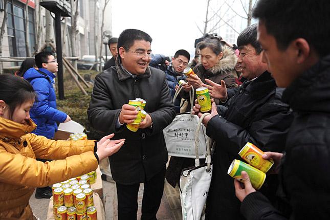 Peking egyik üzleti negyedében osztja a dobozos levegőt Csen Kuang-piao