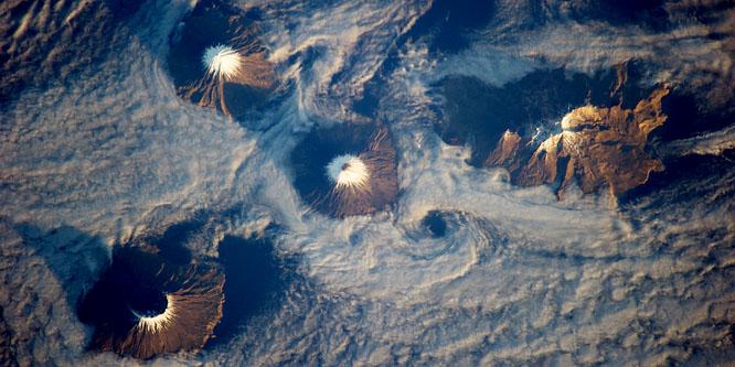 Négy gyönyör� vulkán az óceán és a felh�k fölött