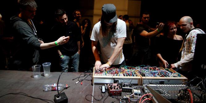 Magatehetetlen testeket vonszol a zene - Electrify a Trafóban