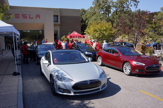 Milliárdos lobbival néz farkasszemet a Tesla