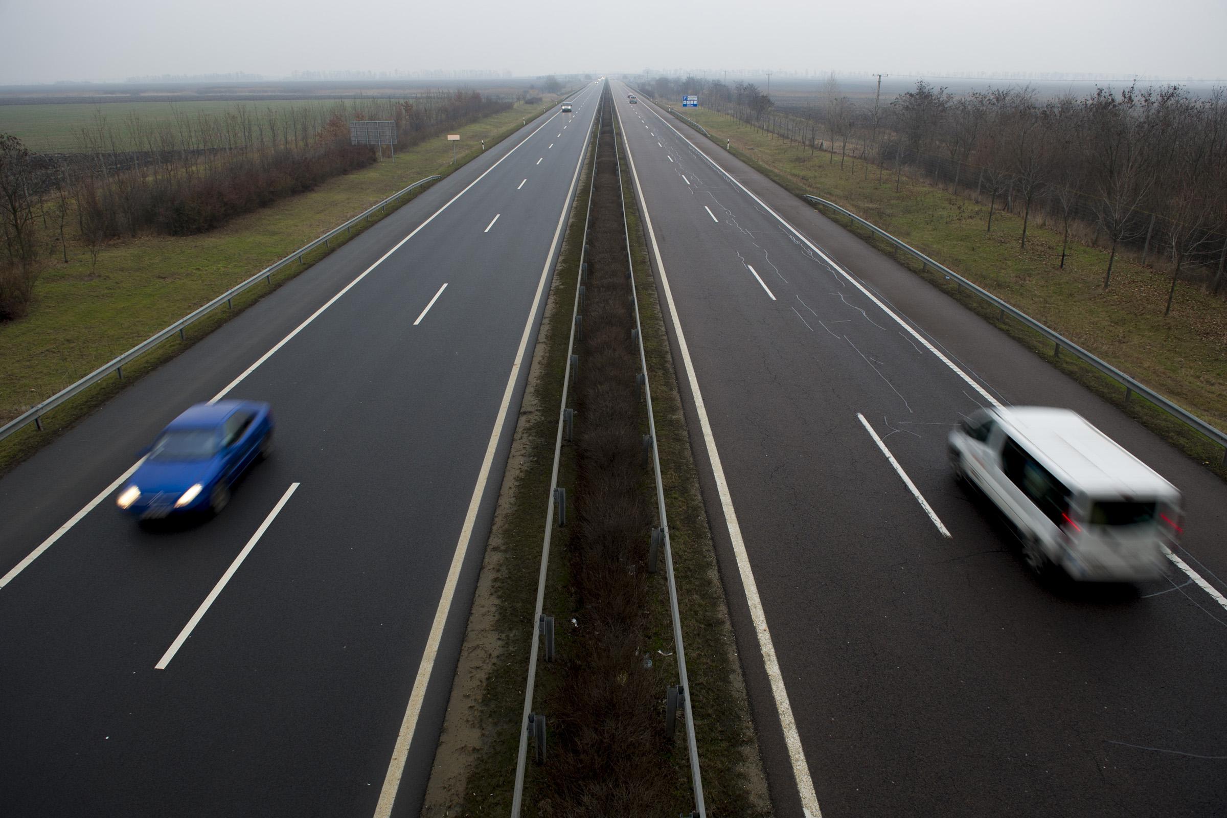 Csütörtökön egy fél órára megáll a forgalom az M3-ason
