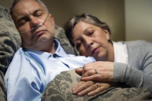 75 év házasság után egymás karjaiban halt meg az idős pár!