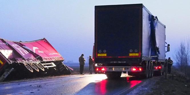 Három kamion is felborult a csúszós utakon