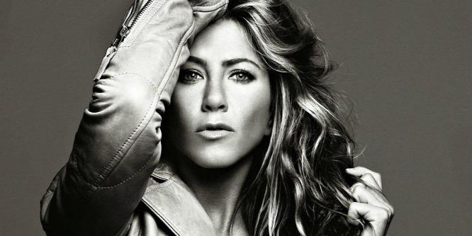 Jennifer Aniston mellbimbói szinte átszakítják a lenge ruhácskáját