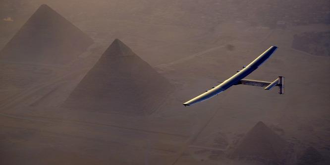 A kairói piramisok felett a Solar Impulse