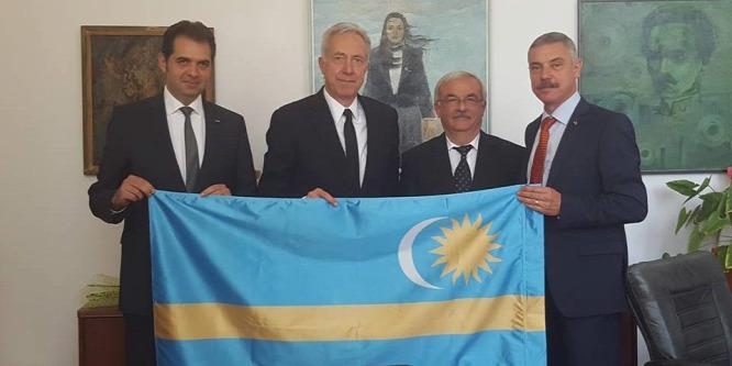 A székely zászlóval fotózkodó amerikai nagykövetr�l cikkez a román sajtó