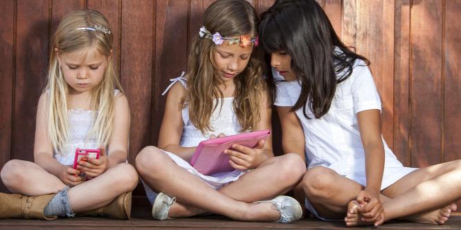 A te gyereked mit csinál a neten? Lehet, hogy éppen másokat zaklat? – Interjú dr. Kósa Évával