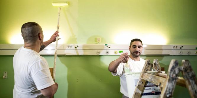 Rabok festik ki a Szent Imre Kórház folyosóit