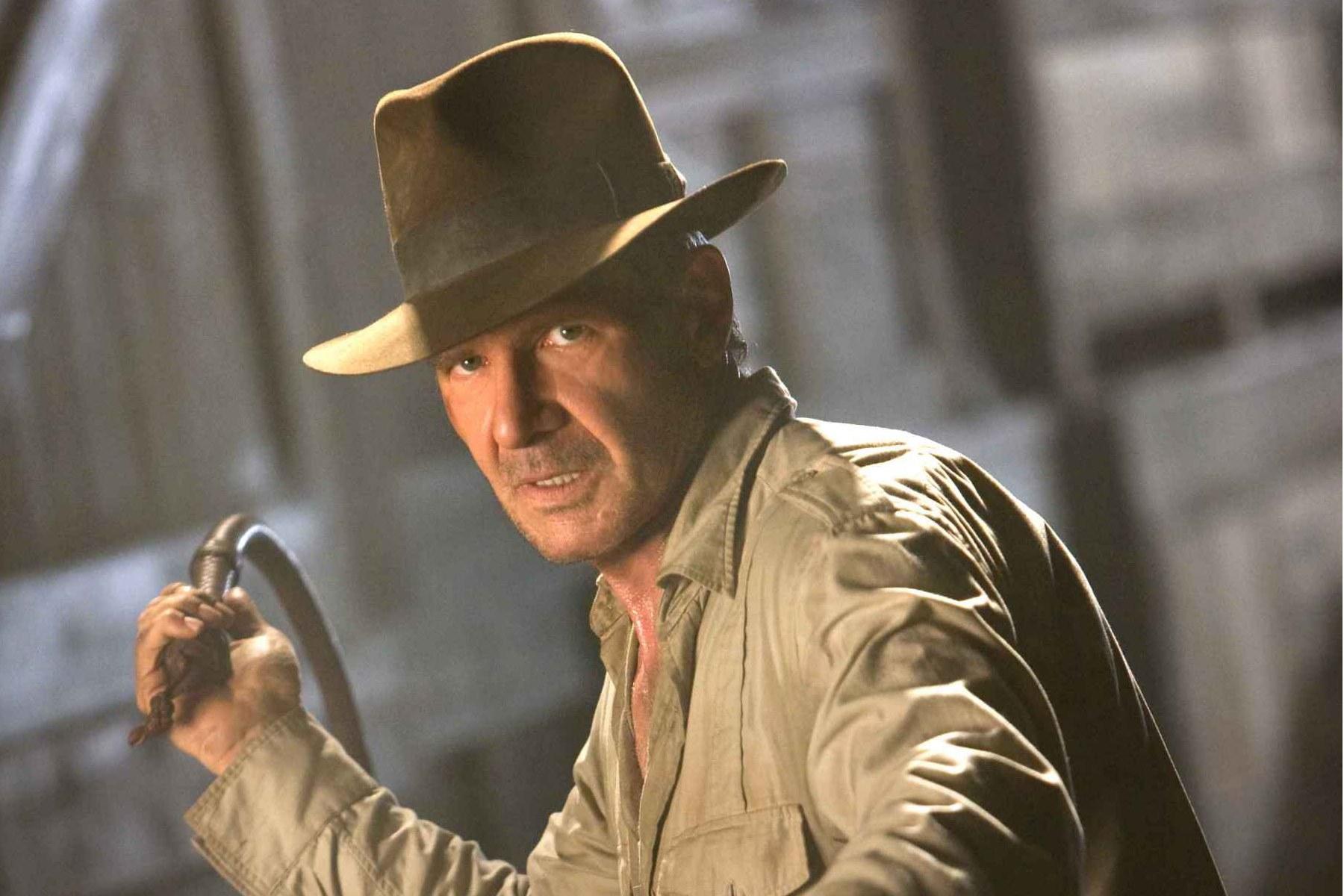 Friss hírek: A Disney egy évvel eltolta az Indiana Jones ötödik részének a premierét, 2019 júliusa helyett 2020. július 10-én debütál majd a régészprofesszor legújabb kalandja. Kilenc év telt el az Indiana Jones és a kristálykoponya királysága bemutatója óta, az utolsó nagyszerű Indiana Jones-filmet pedig még sokkal régebben, 28 éve mutatták be a mozik, szóval plusz egy évet simán tudunk várni, csak maradjon meg jó egészségben Harrison Ford. Harrison Ford az Indiana Jones és a kristálykoponya királysága című filmbenForrás: AFPmiddleon18001200 A filmsztár az ötödik rész bemutatójakor 78 éves lesz. Érdemes végignézni, hány éves volt Ford az egyes részek amerikai bemutatója idején:  Az elveszett frigyláda fosztogatói (1981) – 39 éves Indiana Jones és a végzet temploma (1984) – 42 éves Indiana Jones és az utolsó kereszteslovag (1989) – 47 éves Indiana Jones és a kristálykoponya királysága (2008) – 66 éves  Arra tippelünk, hogy az ötödik rész figyelmen kívül fogja hagyni a negyediket, legalábbis nehezen tudjuk elképzelni, hogy a mostanság a művészeti projektjeire koncentráló, nehezen kezelhető Shia LaBeouf-t, vagyis Indiana Jones fiának a megformálóját visszahívnák a következő felvonásba. És az sem hisszük, hogy a tavaly az American Honey-ban nagyot alakító színésznek kedve lenne még egy szuperprodukcióhoz.
