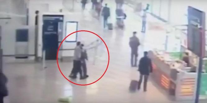 Itt a biztonsági kamera felvétele az Orly repülőtéren történt támadásról