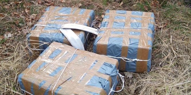 Gyanús csomagokat találtak egy legelőn