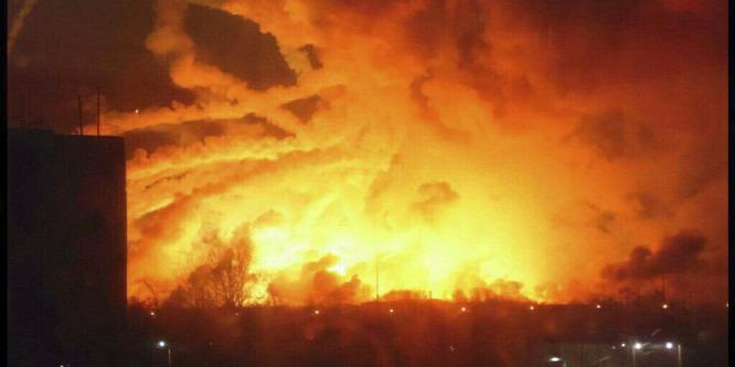 Fegyverraktárt robbantottak fel Ukrajnában – tízezreket evakuálnak
