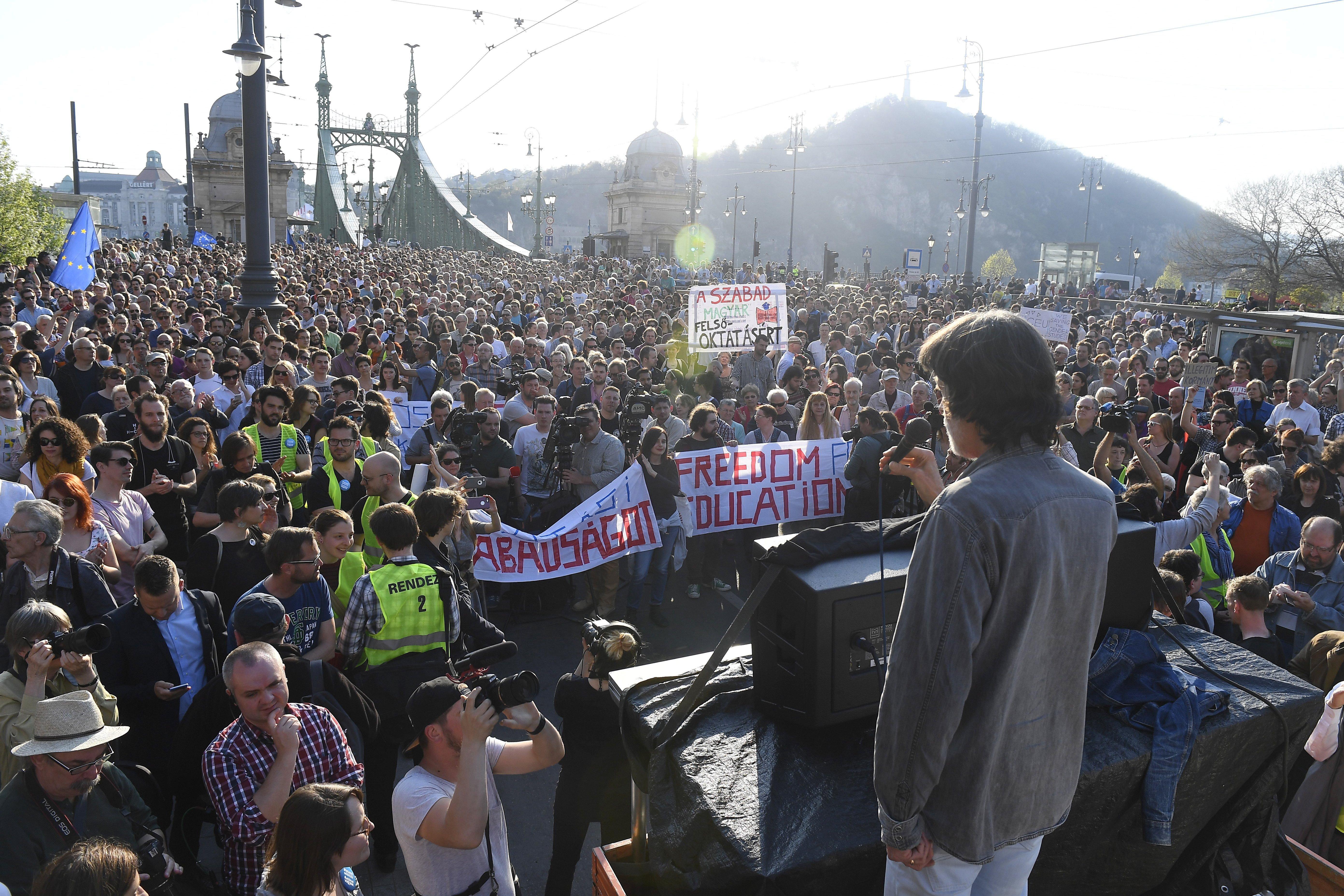 Tüntetés: Tüntetés A CEU Mellett