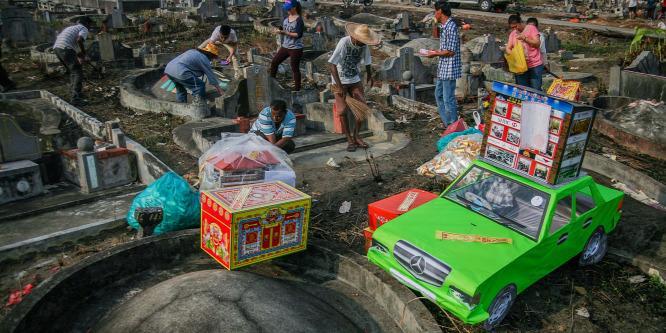 Szendvicset esznek és pénzt égetnek a családok a kínai halottak napján