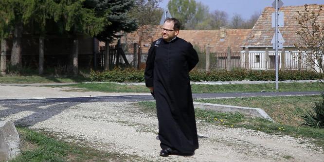 Egy motorozó pap, aki már szerelmes is volt