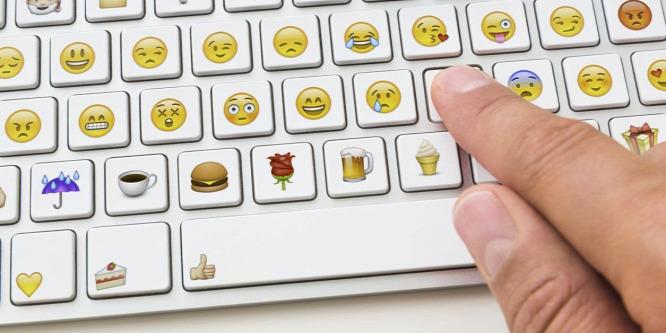 Vidám emojik használata miatt marasztalták el a vádlottat