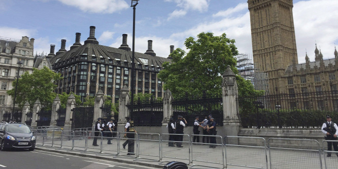 Őrizetbe vettek a brit parlamentnél egy embert, akinél kés volt