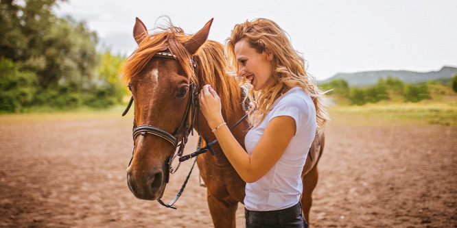 Eszter és Bella - félelemtől a bizalomig a lovardában