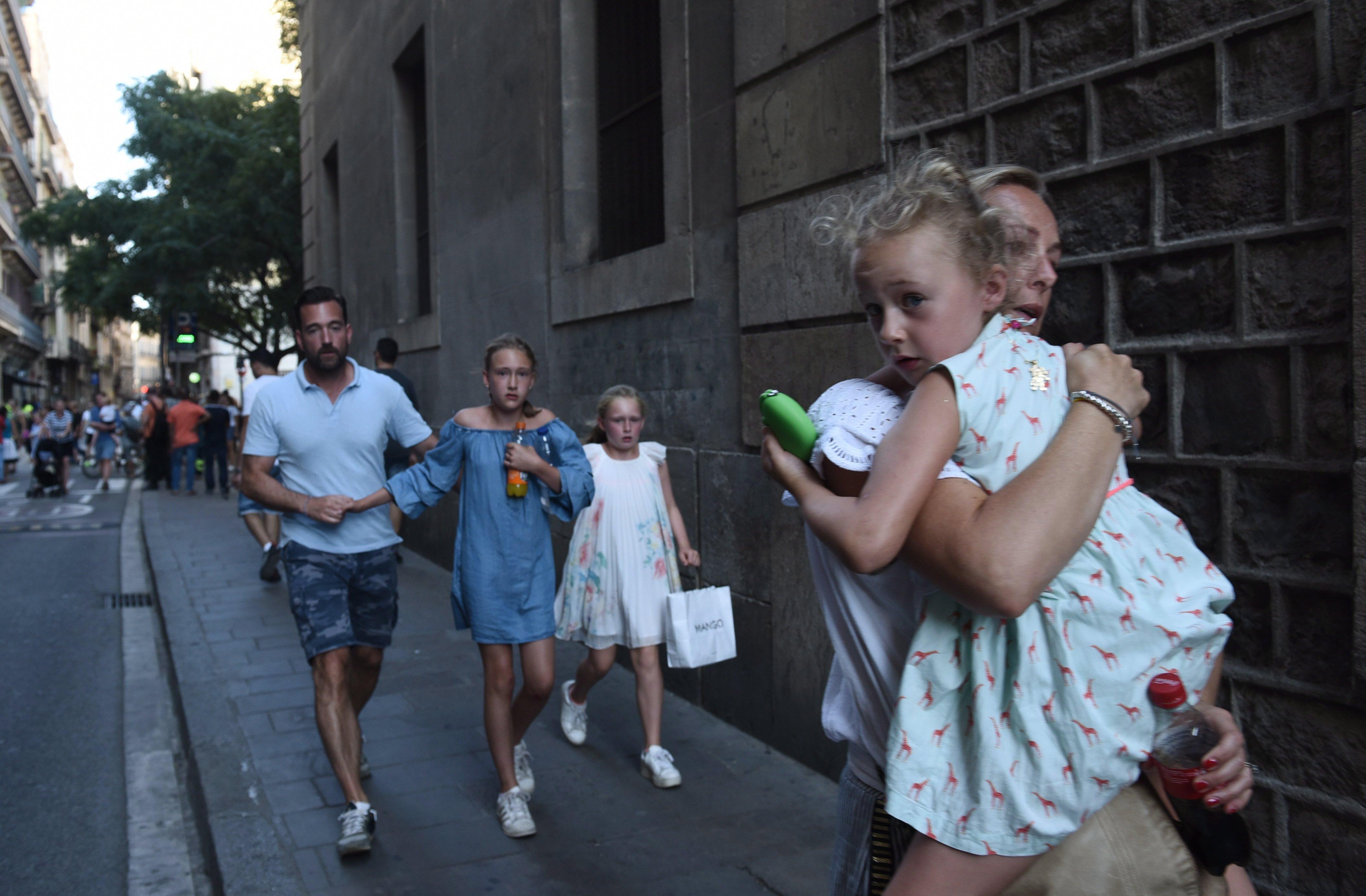 Friss hírek: Egyikük a családjával sétált éppen, a kisfia kezét fogta. Már 14 halott van.