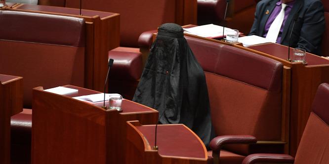 Burkában ült be a parlamentbe