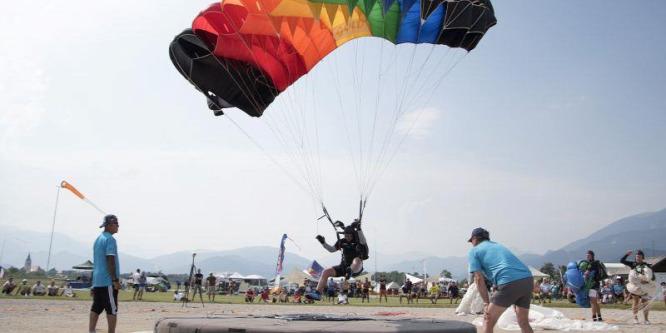 Jól céloztak a magyar ejtőernyősök