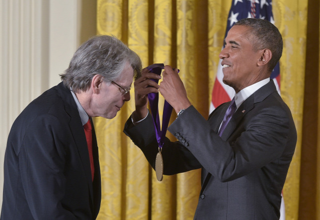 Barack Obama átadja a National Medal of Arts-ot.