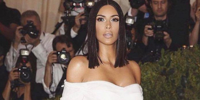 Kim Kardashian túl sokat mutatott a melleiből: videó!