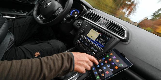 Titkolják, hány embert ölnek meg vezetés közben a mobiltelefonok