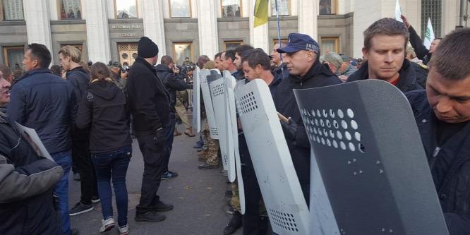 Már tüntetés alatt is lopnak Ukrajnában