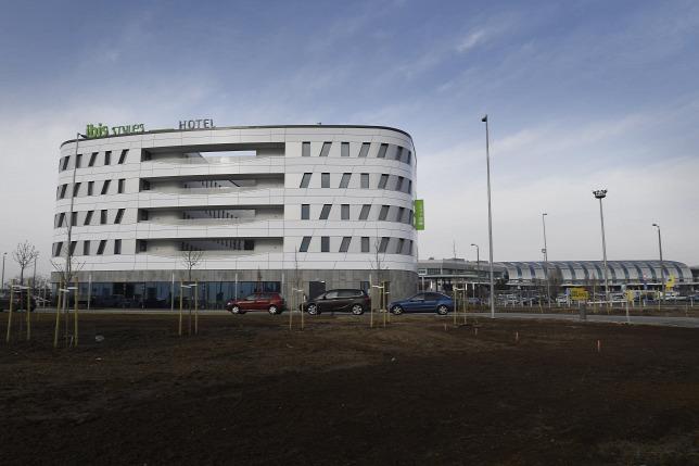 Megnyílt Magyarország első, közvetlen terminál-összeköttetésű repülőtéri szállodája