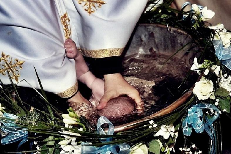 Friss hírek: Nem sokkal korábban egy másik újszülött a keresztelési szertartás alatt halt meg Romániában.