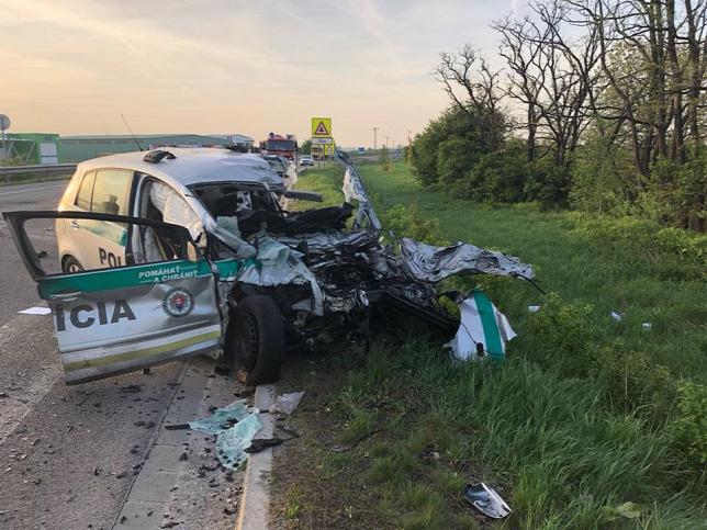 Egy rendőr meghalt, társa súlyosan megsérült, amikor autóbusszal ütköztek