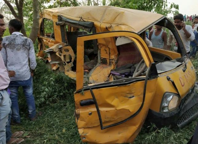 Vonattal ütközött egy iskolabusz, tizenhárom gyerek halt meg
