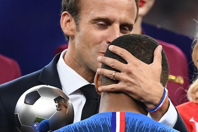 Hiába ugrált a lelátón, hiába dobolt focistákkal,Macron még népszerűtlenebb