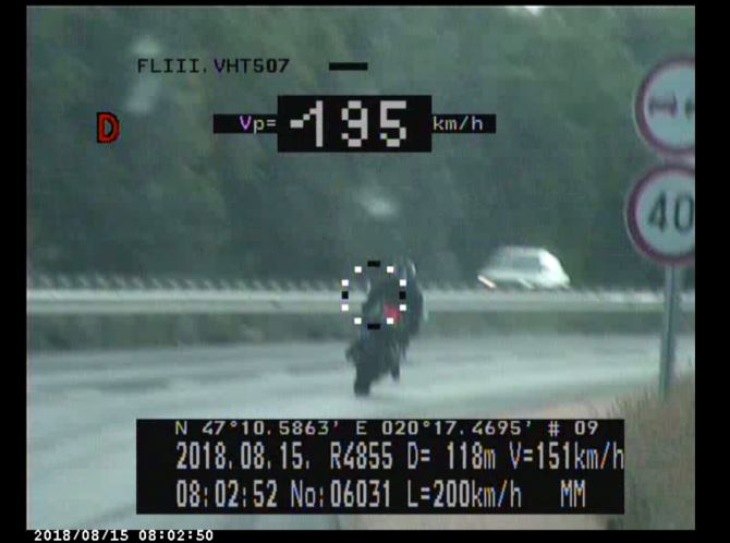 Friss hírek: Egy motoros közel ötszörös tempóban közlekedett, de fotóztak Mustangot is 194-gyel.