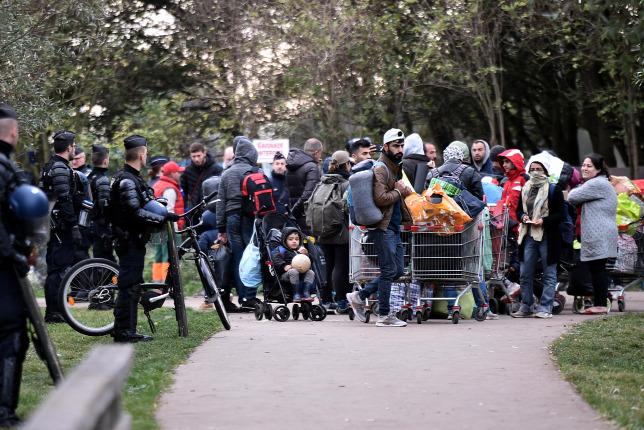 Újabb migránstábor kiürítését kezdték meg Franciaországban