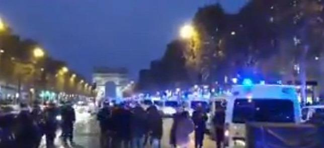 Blokád a Champs Élysées-n: megkezdődött a Macron elleni gigademonstráció