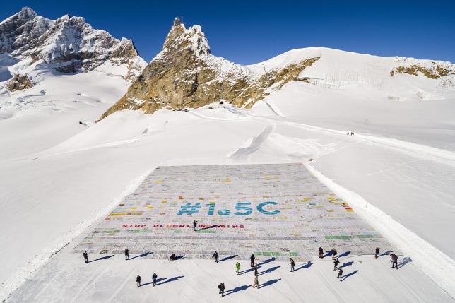 A világ legnagyobb képeslapját rakták ki egy svájci gleccseren - videó