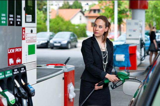 Szerdán 4 forinttal csökken a benzin ára
